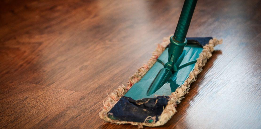 помыть натяжные потолки без разводов
